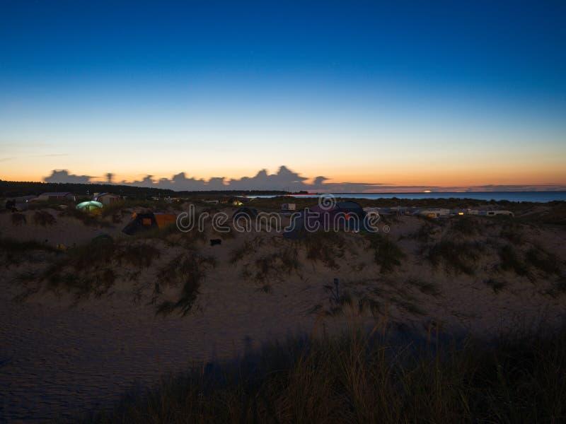 Nachtmening van een kampeerterrein bij zonsondergang op Oostzee royalty-vrije stock afbeelding