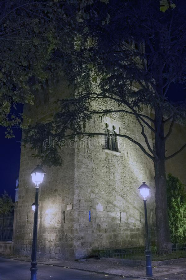 Nachtmening van een oude Moorse die toren op een koude Decembe wordt verlicht royalty-vrije stock afbeelding
