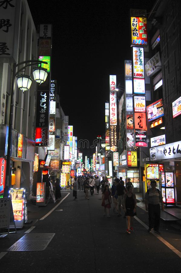 Nachtmening van een straat op het beroemde Shinjuko-gebied in Tokyo royalty-vrije stock afbeeldingen