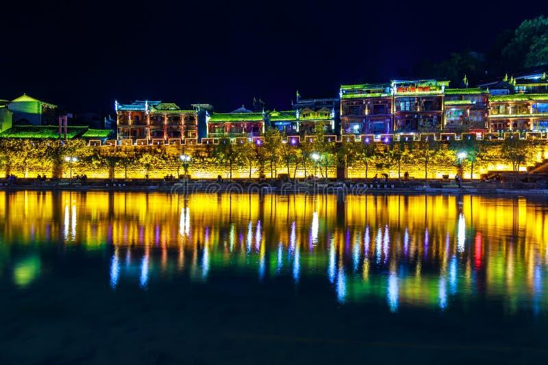 Nachtmening van fenghuang oude stad stock foto's