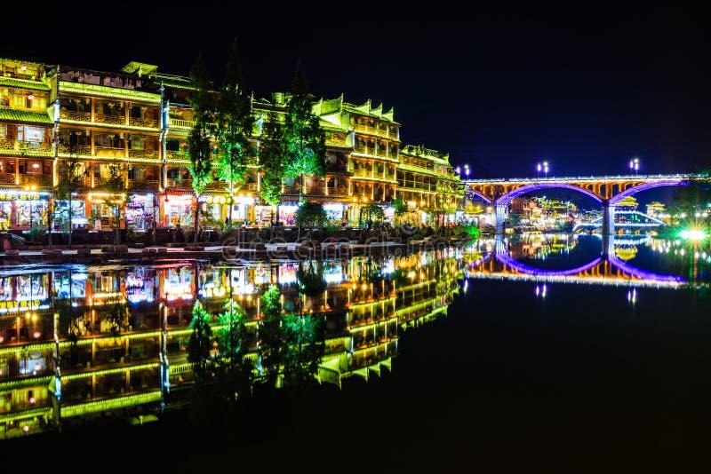 Nachtmening van fenghuang oude stad stock afbeelding