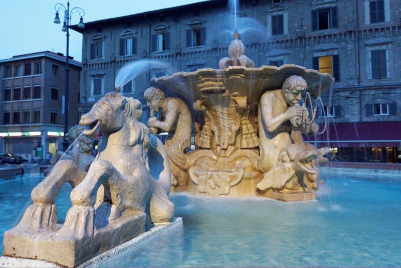 Nachtmening van fontein op Piazza del Popolo in Pesaro, Italië stock foto's