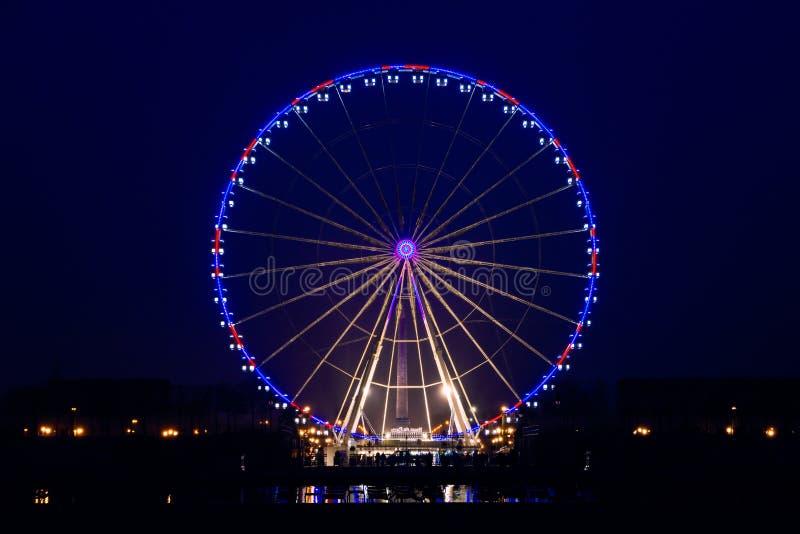 Nachtmening van groot wiel in Parijs stock foto's