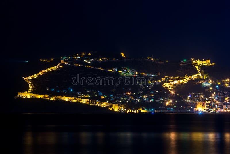 Nachtmening van haven en vesting in Alanya, Turkije stock foto's