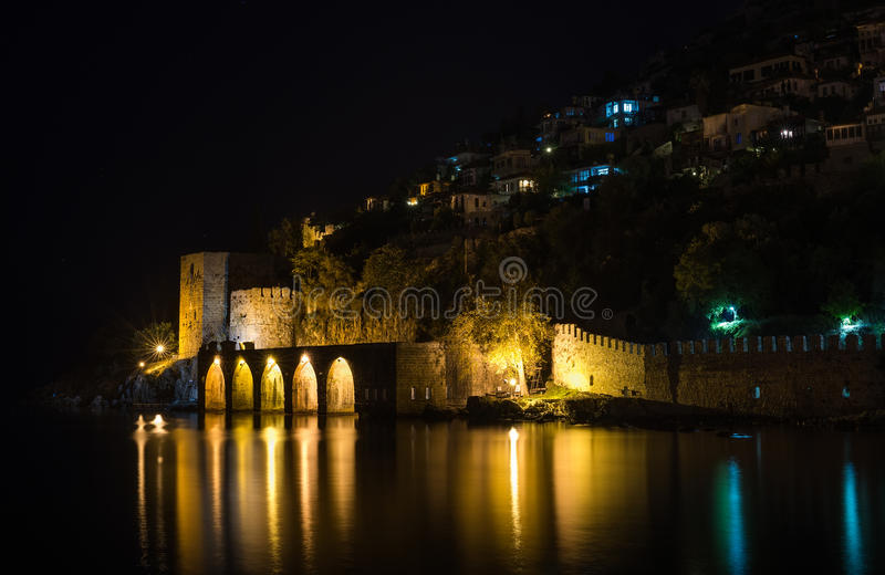 Nachtmening van haven, vesting en oude scheepswerf in Alanya, Turkije stock foto's