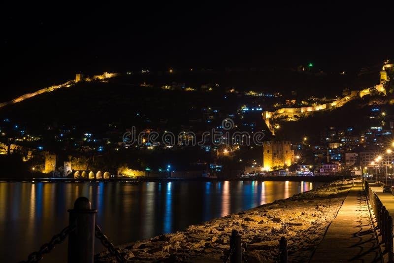 Nachtmening van haven, vesting en oude scheepswerf in Alanya, Turkije royalty-vrije stock foto's