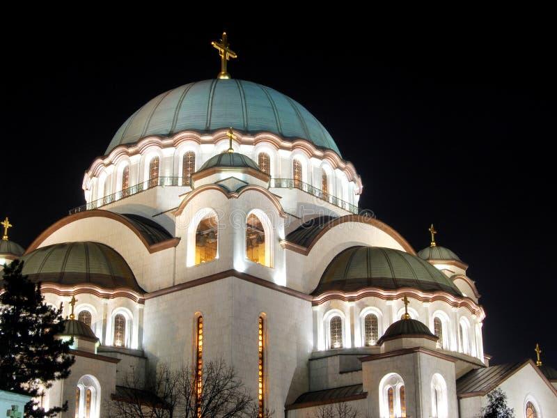 Nachtmening van Heilige Sava Temple in Belgrado stock foto