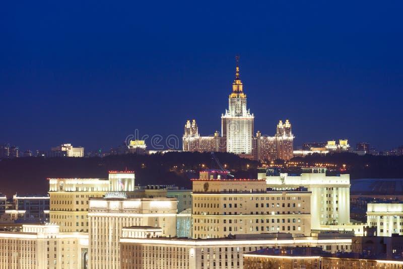 Nachtmening van het hoofdgebouw van de Universiteit van de Staat van Moskou stock fotografie