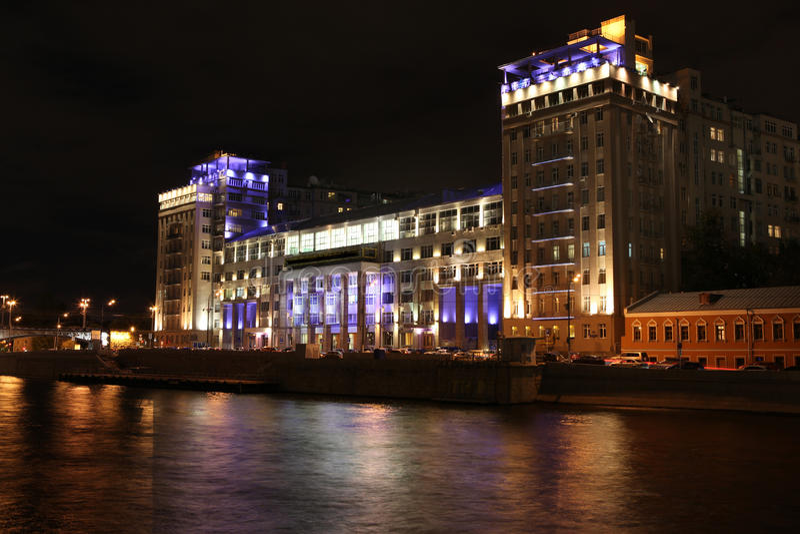 Nachtmening van het Huis over de Dijk (Estrade-Theater) plaatsen royalty-vrije stock foto's