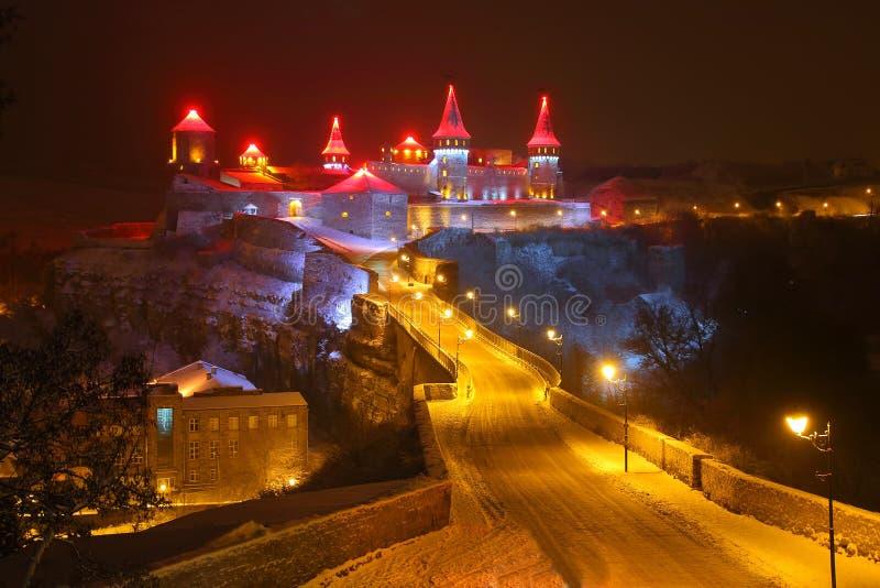 Nachtmening van het Kasteel kamenetz-Podolsk in de Oekraïne stock foto