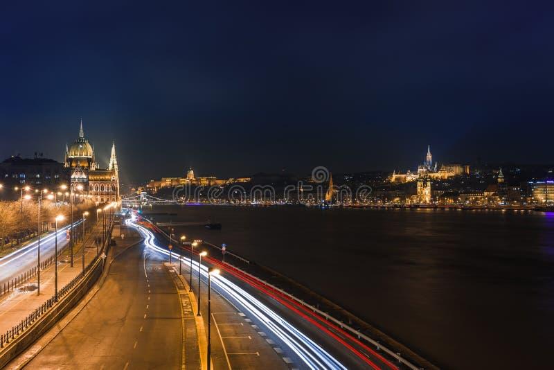Nachtmening van het Panoramacityscape van Boedapest van beroemde toeristenbestemming met Donau, het parlement en bruggen Verlicht royalty-vrije stock afbeeldingen