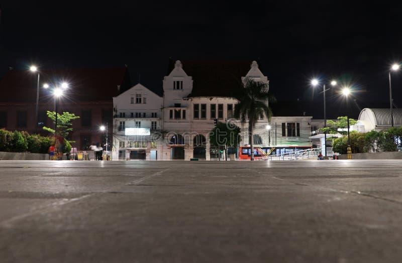 Nachtmening van het voortbouwen op Kali Besar Barat Road bij Oude Stadsbuurt in Djakarta royalty-vrije stock afbeelding