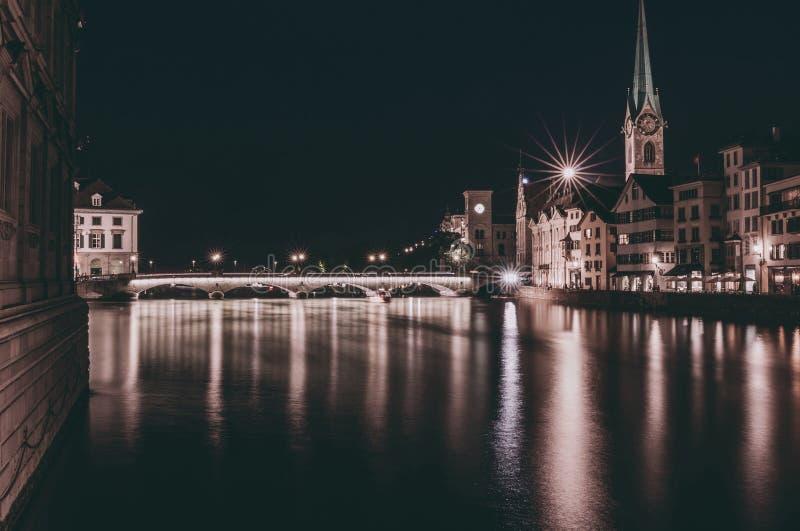 Nachtmening van historisch de stadscentrum van Zürich met beroemde Fraumunster-Kerk royalty-vrije stock fotografie