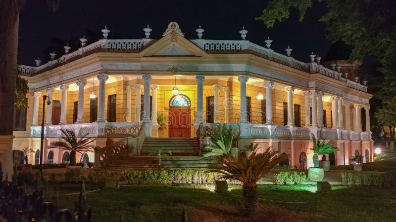 Nachtmening van Historisch huis in Merida, Mexico stock afbeeldingen