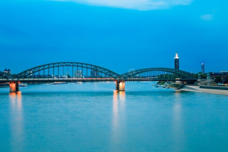 Nachtmening van Hohenzollern-Boogbrug over Rivier stock foto's