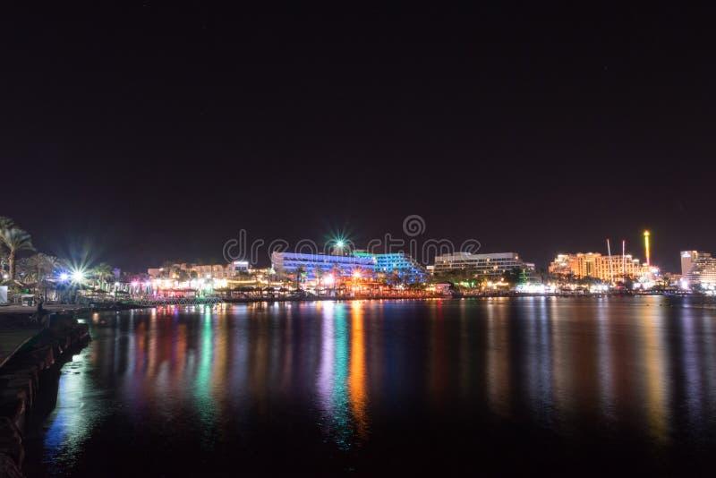 Nachtmening van hotels in de vakantietoevlucht Eilat, Israël van Israël stock foto