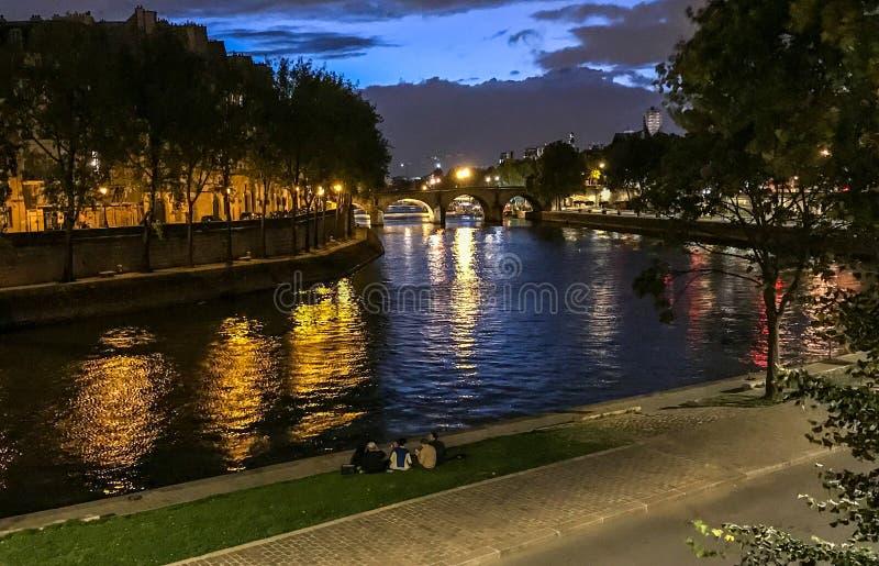 Nachtmening van Ile-Saint Louis van over de Zegen, Parijs royalty-vrije stock afbeeldingen