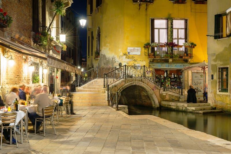 Nachtmening van kanaal in Venetië stock foto's