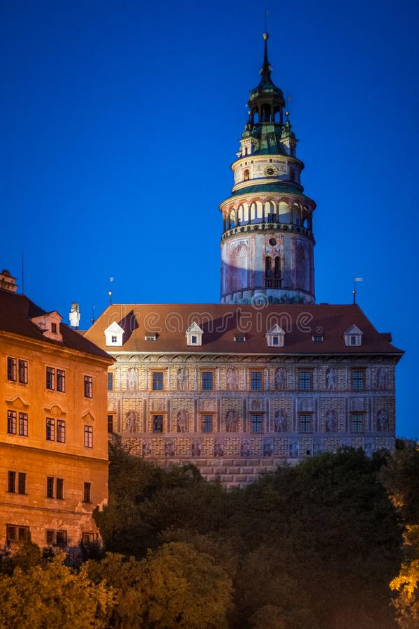 Nachtmening van kasteel in middeleeuwse stad Cesky Krumlov stock afbeelding