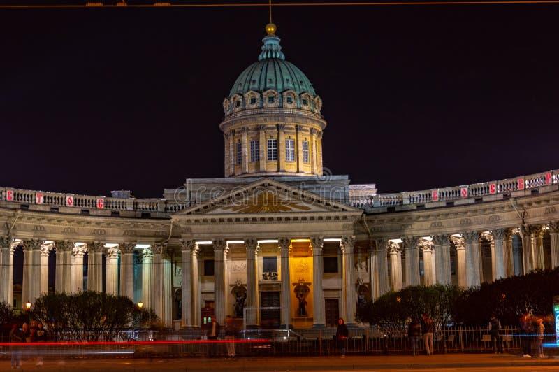 Nachtmening van Kazan Kathedraal Russische Orthodoxe Kerk op Nevsky-Vooruitzicht, Heilige Petersburg royalty-vrije stock fotografie
