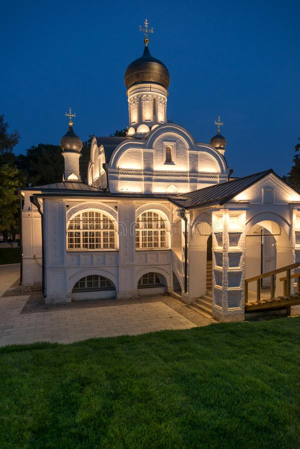 Nachtmening van kerk van de Conceptie van Anna in Zaryadye-park, stock foto's