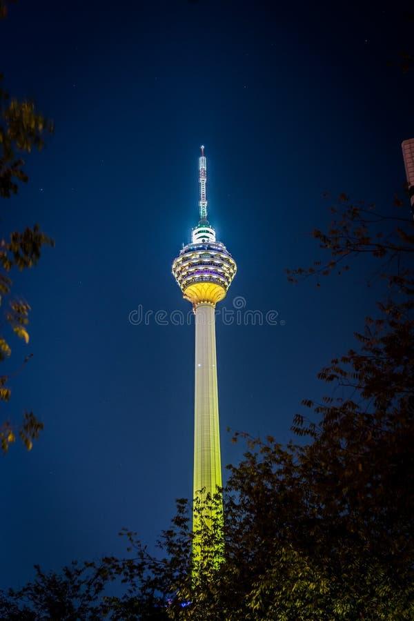 Nachtmening van KL-Toren in Kuala Lumpur stock afbeeldingen