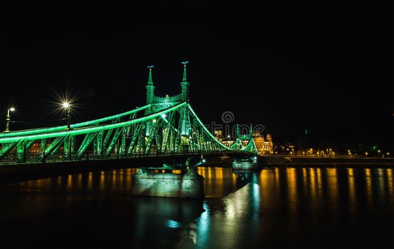 Nachtmening van Liberty Bridge in Boedapest, Hongarije royalty-vrije stock afbeeldingen