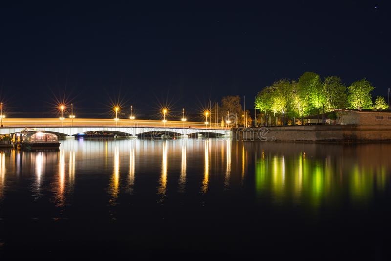 Nachtmening van Limmat-rivier royalty-vrije stock afbeelding