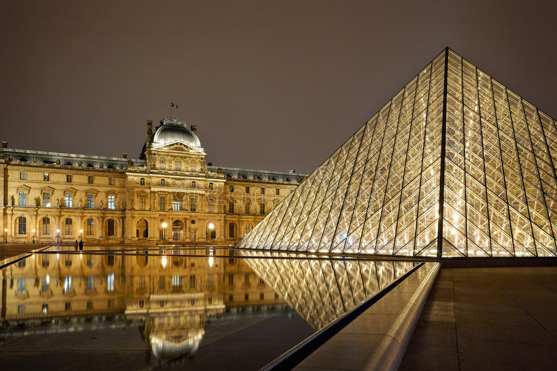 Nachtmening van Louvre Art Museum, Parijs, Frankrijk. stock fotografie