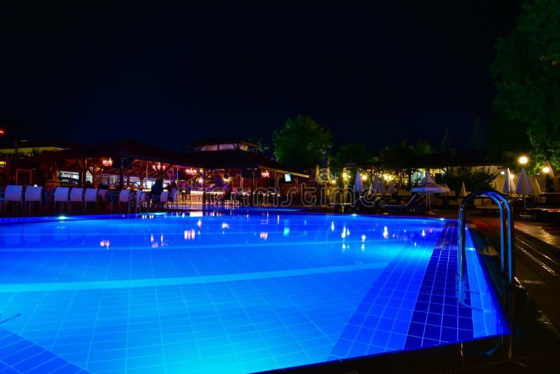 Nachtmening van mooi zwembad in tropische toevlucht stock foto