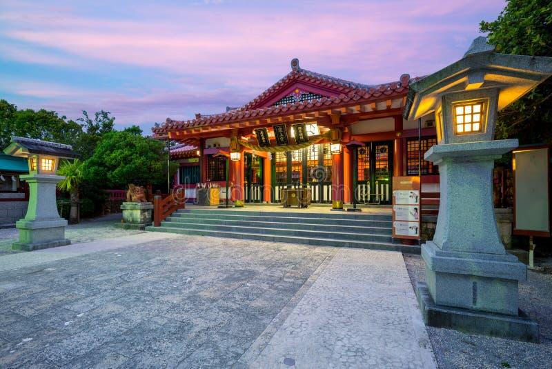Nachtmening van Naminoue-Heiligdom in Okinawa stock afbeeldingen