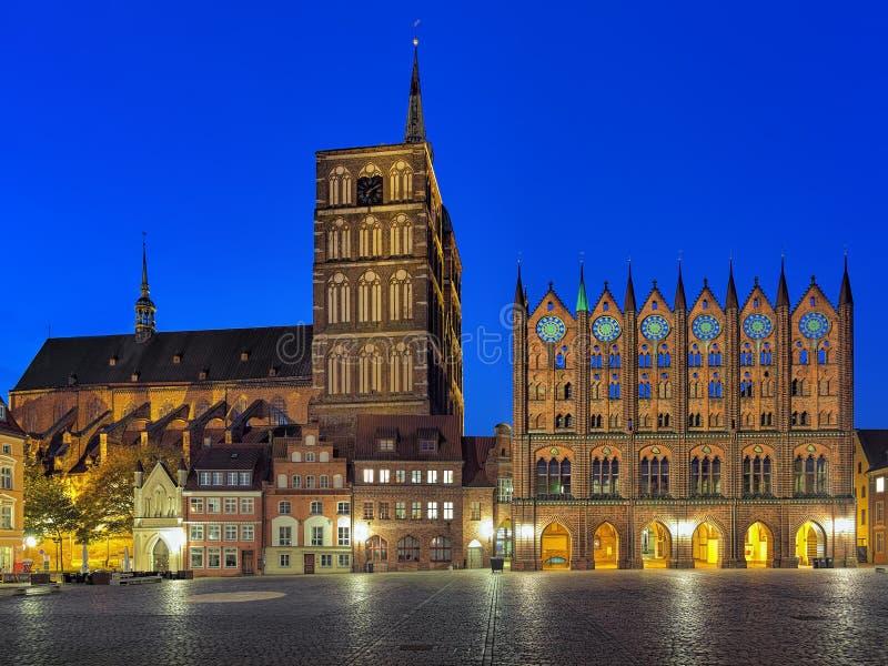 Nachtmening van Nicholas Kerk en Stadhuis in Stralsund, Duitsland stock afbeeldingen