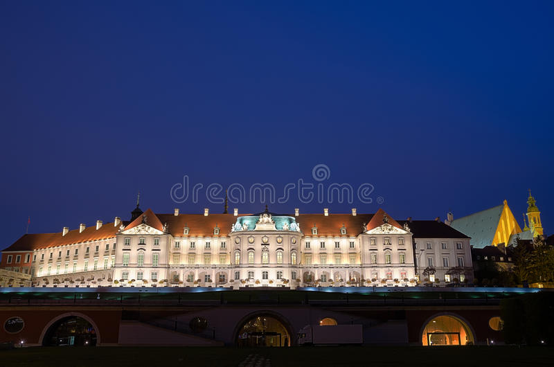 Nachtmening van Oude Stad en Koninklijk Kasteel in Warshau, Polen stock afbeeldingen