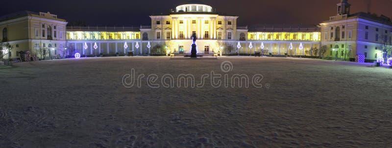 Nachtmening van Pavlovsk Paleis bij de winter van 2014 stock afbeelding