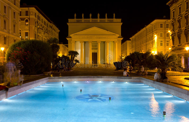 Nachtmening van Piazza Sant Antonio in Triëst stock afbeelding
