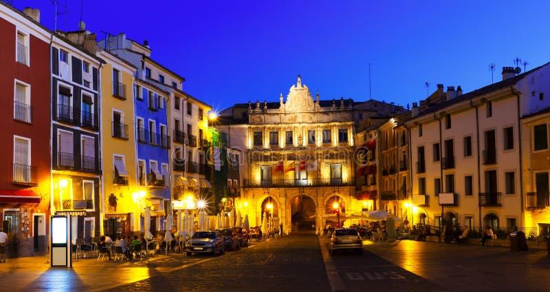 Nachtmening van Pleinburgemeester in Cuenca royalty-vrije stock foto's