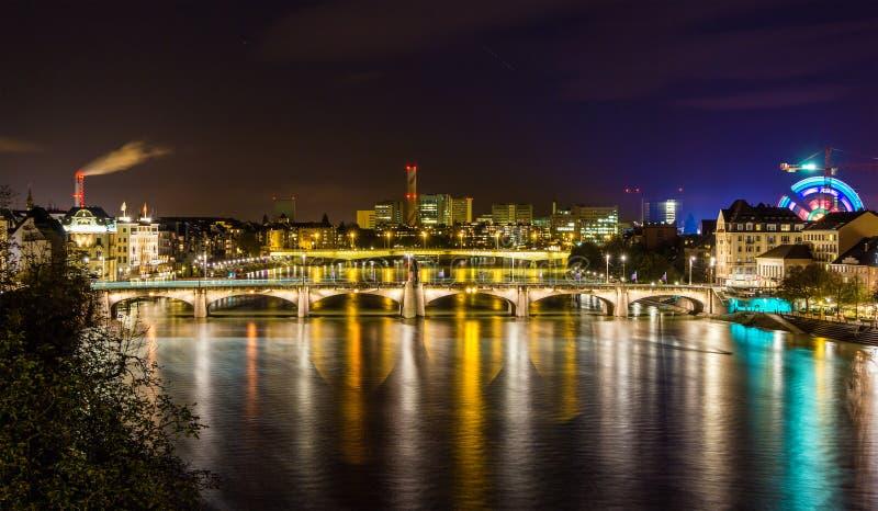 Nachtmening van Rijn-dijk in Bazel stock afbeeldingen