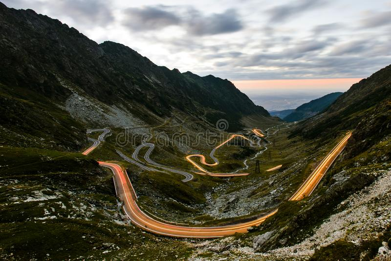 Nachtmening van Roemeense Transfagarasan-Wegkronkelweg, autoli stock afbeelding