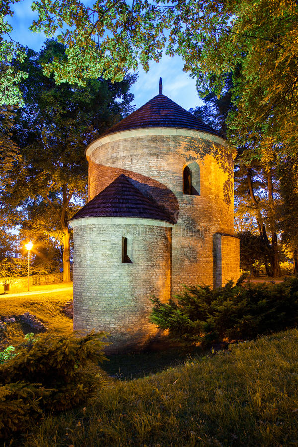 Nachtmening van Romaanse St Nicholas Rotunda op Kasteelheuvel in Cieszyn, Polen stock afbeelding