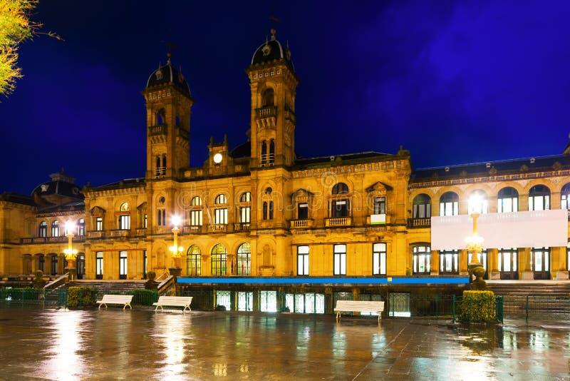 Nachtmening van Stadhuis van Donostia, Spanje stock afbeeldingen
