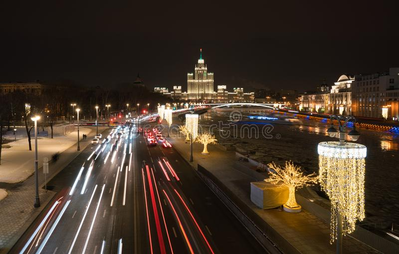 Nachtmening van Stijgende Brug in Zaryadye-Park, Moskou stock afbeelding
