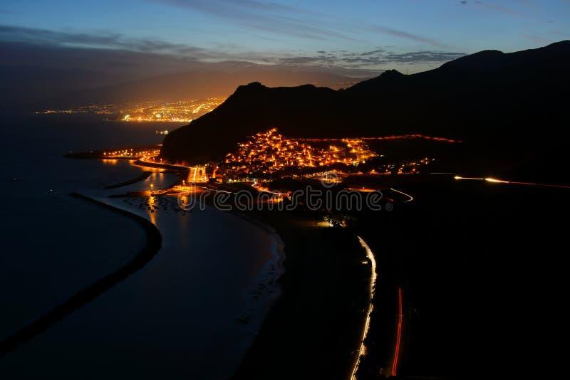 Nachtmening van strand Las Teresitas, Kerstman cruz DE Tenerife en San Andreas stock foto's