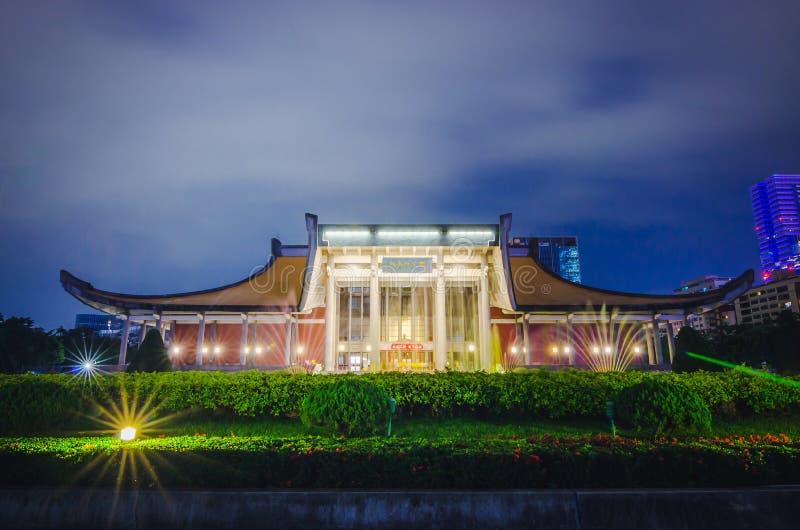 Nachtmening van Sun Yat-sen Memorial Hall door rivieroever en Vele Toeristen op de treden, Oriëntatiepunten van Taipeh royalty-vrije stock foto