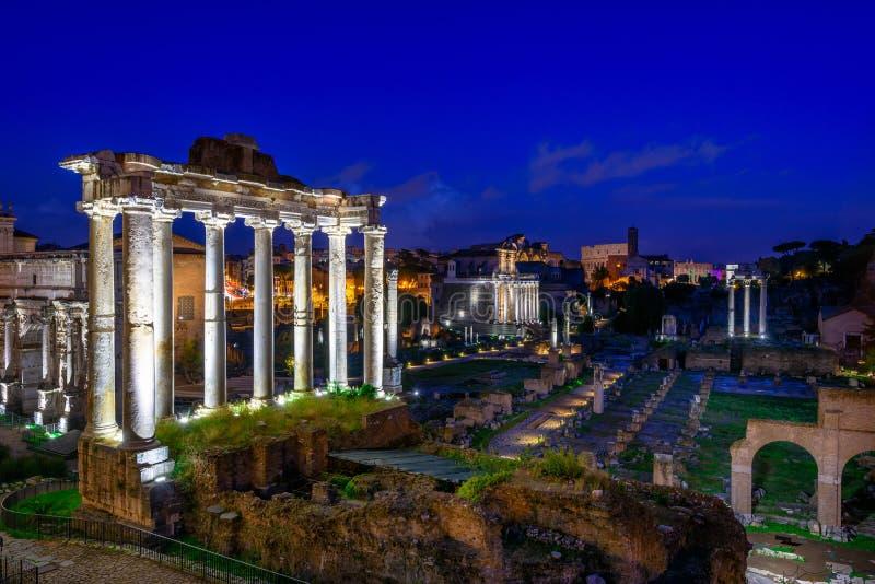 Nachtmening van Tempel van Saturn en Forum Romanum in Rome royalty-vrije stock afbeelding