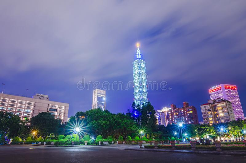 Nachtmening van tuinen in Nationaal Sun Yat-sen Memorial Hall en Taipeh 101, in het Xinyi-District, Taipeh, Taiwan royalty-vrije stock foto