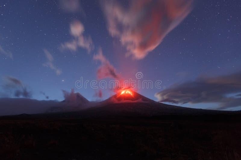 Nachtmening van uitbarsting Klyuchevskaya Sopka Het schiereiland van Kamchatka stock fotografie