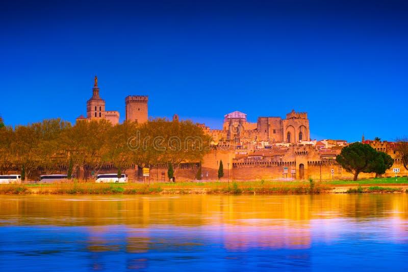 Nachtmening van vestingwerk van Avignon op de rivier de Rhône, Frankrijk royalty-vrije stock foto