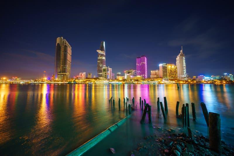 Nachtmening van Zaken en Administratief Centrum van Ho Chi Minh-stad op Saigon riverbank in schemering, Vietnam stock foto's