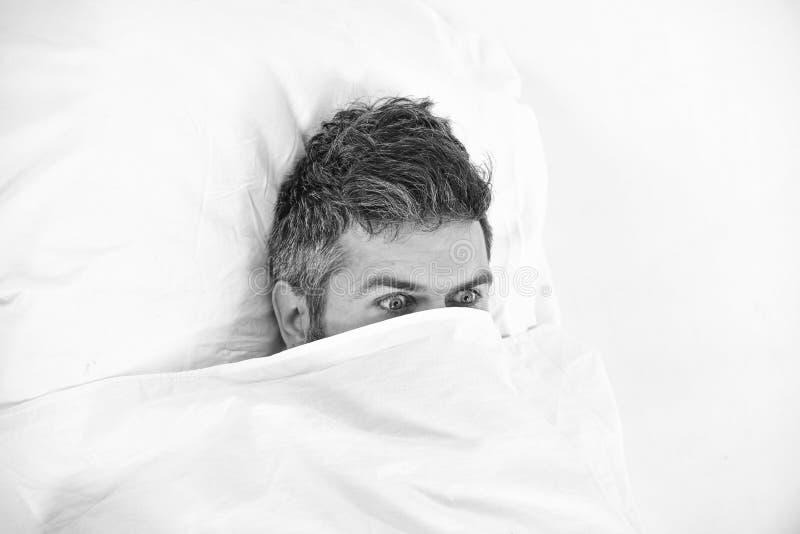Nachtmerrie en vreesconcept De mens wil in bed blijven royalty-vrije stock fotografie