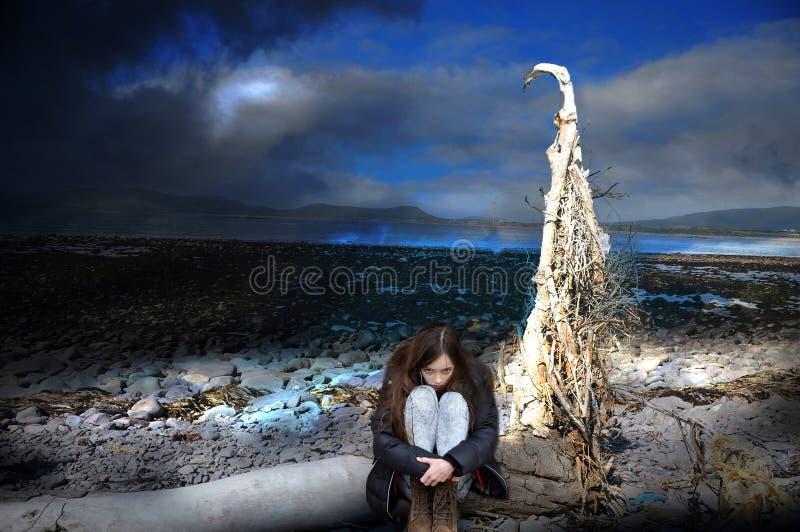 Nachtmerrie, meisje alleen in een totaal vernietigde wereld royalty-vrije stock afbeelding